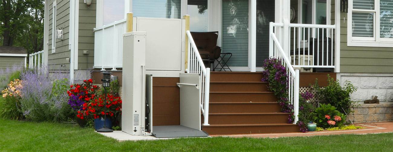 vertical-platform-lift-bruno-residential-porch-by-steps (1)