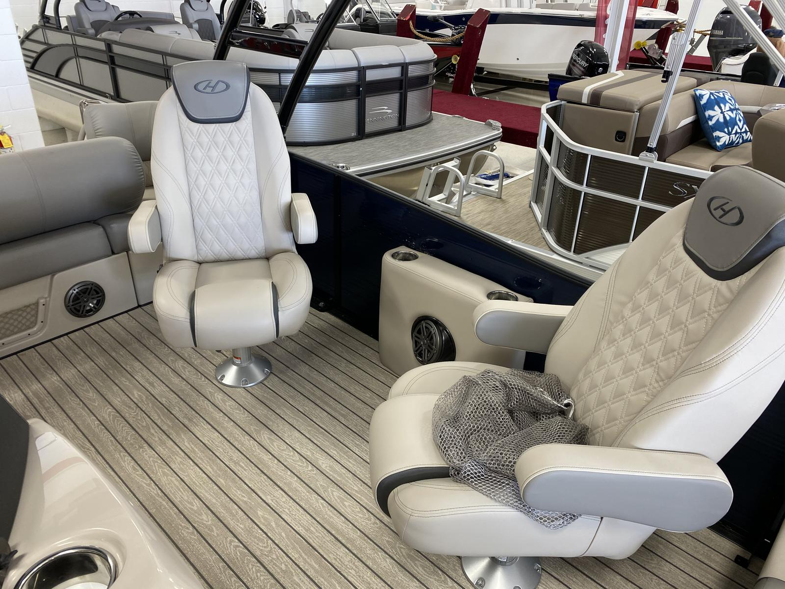 2020 Harris boat for sale, model of the boat is Grand Mariner 270 & Image # 2 of 12
