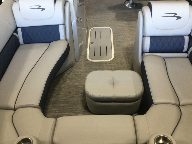 2021 Bennington boat for sale, model of the boat is 23 LXSBA - Cladded Sport Arch & Image # 8 of 11