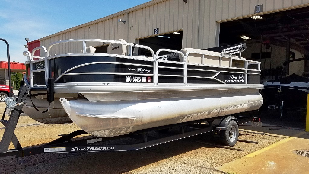 2017 Sun Tracker boat for sale, model of the boat is FISHIN' BARGE 20 DLX & Image # 2 of 10